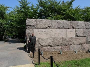 Autor pod památníkem prezidenta Franklina D. Roosevelta