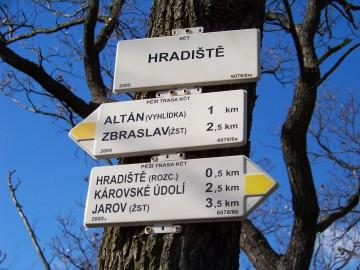 Dolní_Břežany,_Hradiště,_Akropole,_rozcestník
