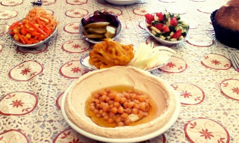 Po náročné procházce ve spleti uliček arabského městečka je nejlepší pořádné jídlo. Hummus, zelenina a arabsky chléb.