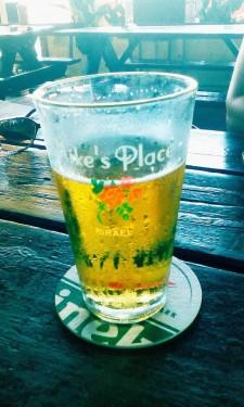 Legendární pivo v legendárním Mike's place na pláži v Tel Avivu.