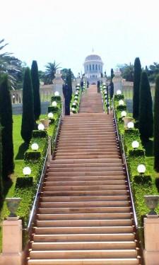 Jedno z pater Bahaistickych zahrad stalo v přepočtu 250 milionů dolarů. Veřejnosti je přístupné jen jednou denně, vždy od dvanácti hodin.