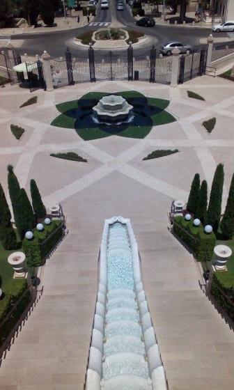 Krásně zdobené fontány v zahradách.