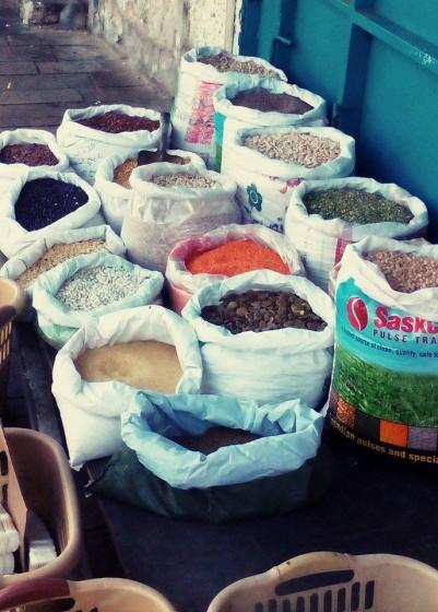 Súk. Tradiční tržiště plné voňavého arabského koření, bylinek, mýdel, cukrovinek nebo taky lákavých restaurací
