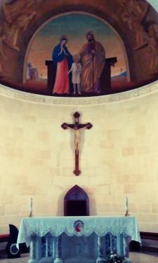V tomto kostele si člověk připadá jako na jižní Moravě. A není divu, moravská křesťanská komunita tento oltář věnovala do Nazarethu v roce 1929.