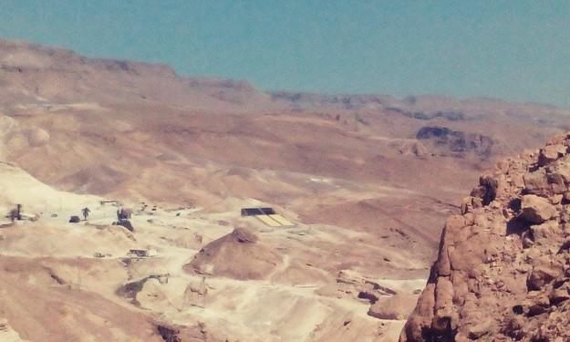 Na Masadu můžete vyjít pěšky a nebo vyjet lanovkou. Vzhledem k vysokým teplotám v poušti u Mrtvého moře je lanovka příjemným dvouminutovým urychlovačem.