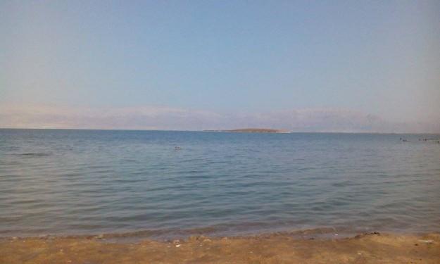 Velkou zábavu u Mrtvého moře nečekejte. Ve výšce 300 metrů pod mořem spíš hrozí bolest hlavy.