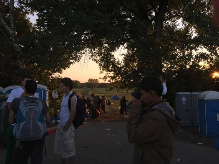 Ásotthalom camp- v pozadí vidíte několik Toi-Toi a naprosto přeplněný jeden ze dvou tamních kontajnerů na odpadky