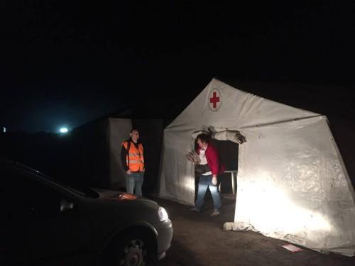 Zdravotnický stan maďarského Červeného Kříže. Ochota i přepracovanost v jednom