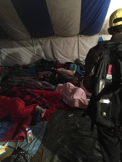 Takhle vypadá reálná podoba humanitární krize-noční foto z tábora Röszke