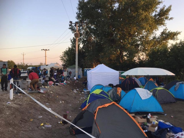 Ásotthalom camp. Velké stany slouží k ošetřování a výdeji jídla a pití