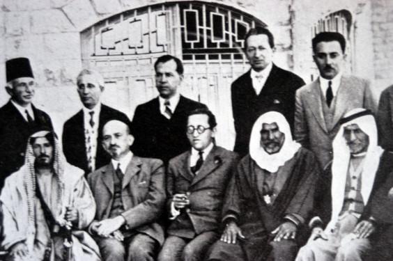 Chajim Arlozorov (spodní řada uprostřed) během setkání židovských a arabských představitelů v roce 1933. Nalevo od Arlozorova sedí Chajim Weizmann. V horní řadě stojí zprava Moše Šaret a Jicchak Ben Cvi. Zdroj: Weizmann Archives.