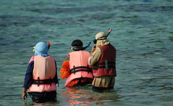 Muslim women enjoying the underwaterworld  www.shekel.cz